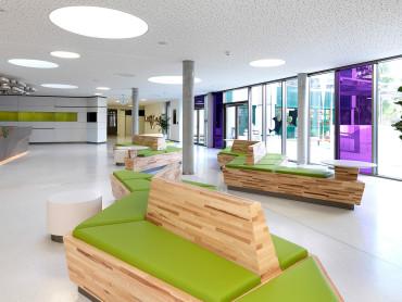 Landesberufsschule Baden - Foyer mit Aufenthaltsbereich